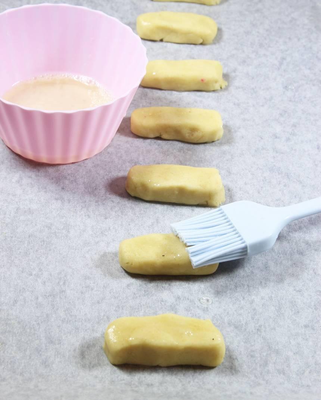 4. Lägg kakbitarna på en plåt med bakplåtspapper.