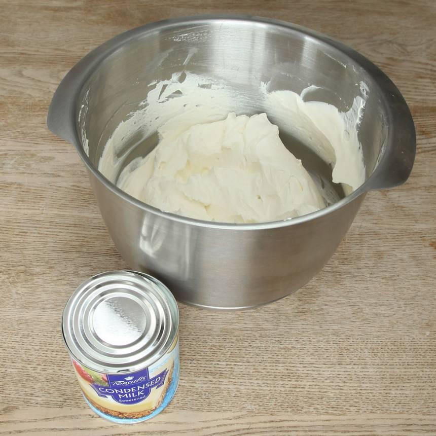 2. Häll ner den kondenserade mjölken i grädden och blanda ordentligt.