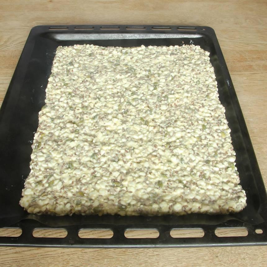 3. Bred ut smeten till en rektangel på en ugnsplåt med bakplåtspapper, ca 1 cm tunn.