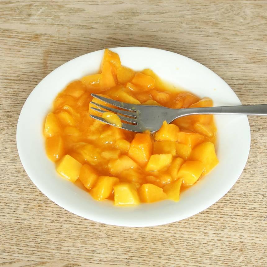 3. Mosa mangon och rör försiktig ner den i glassmeten.
