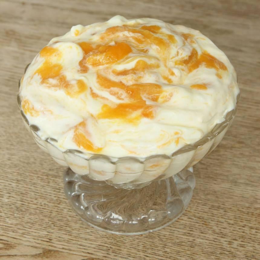 4. Häll glassmeten i en skål eller limpform, ca 1 ½ liter eller portionera den i muggar/glass. Täck glassen med plast och ställ den i frysen tills den är genomfryst. Ta fram glassen en stund före servering.