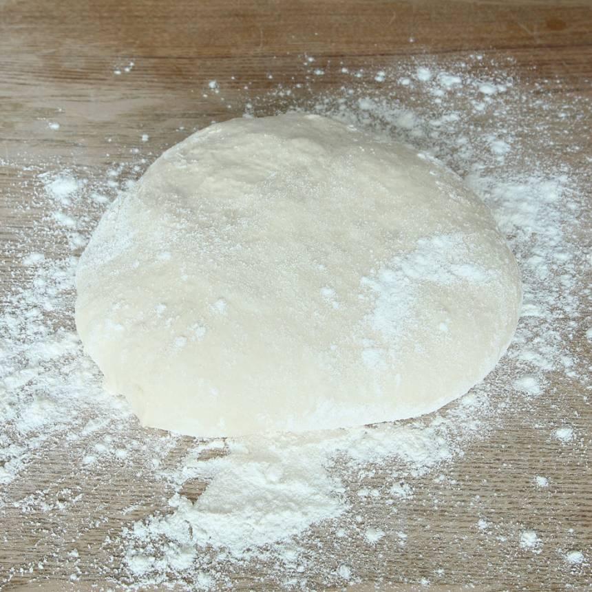 1. Smula ner jästen i en bunke. Tillsätt mjölk och vatten och blanda tills jästen lösts upp. Tillsätt salt, rapsolja, ägg och vetemjöl, lite i taget. Blanda ihop allt till en smidig deg och knåda den i några minuter. Låt den jäsa under bakduk i ca 40 min.