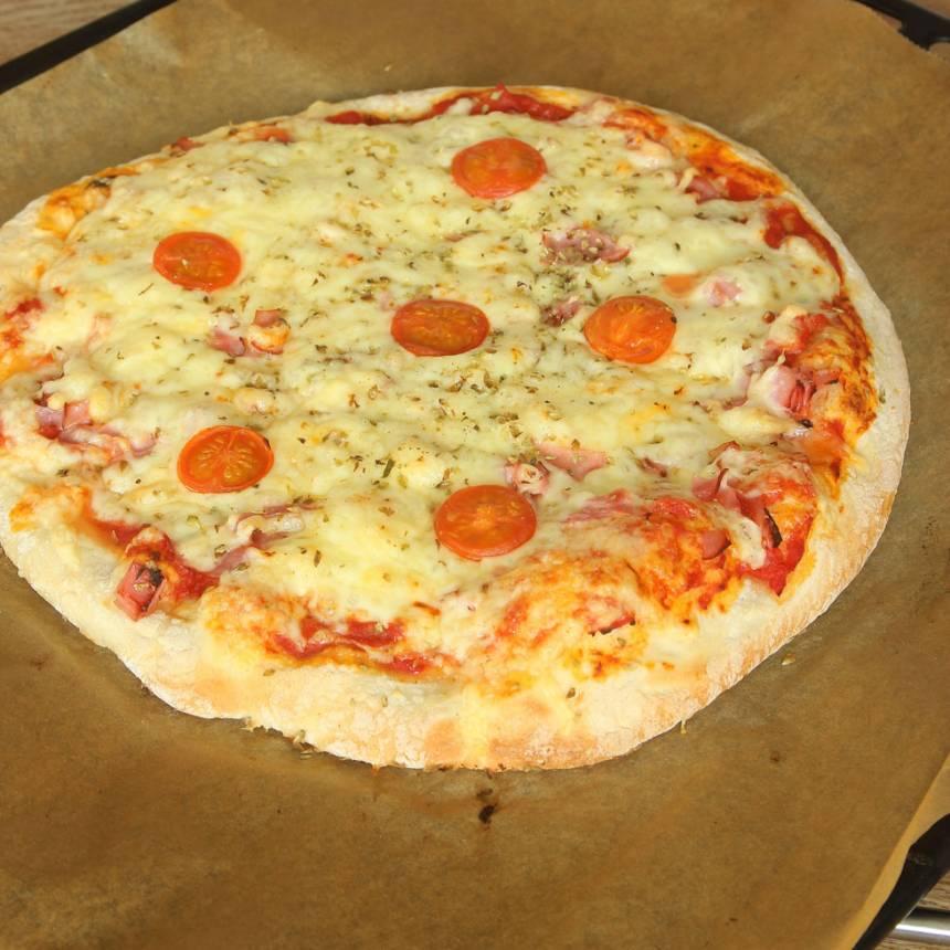 4. Grädda pizzan mitt i ugnen i 10–13 min (något kortare tid om du gör två mindre pizzor). Håll koll så att den inte bränns på ytan.