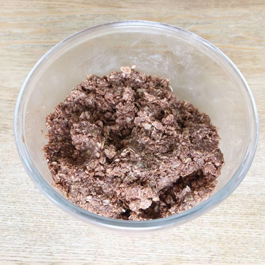 1. Blanda alla ingredienserna i en bunke. Vispa ihop allt med en elvisp så att smeten blir riktigt kladdig.