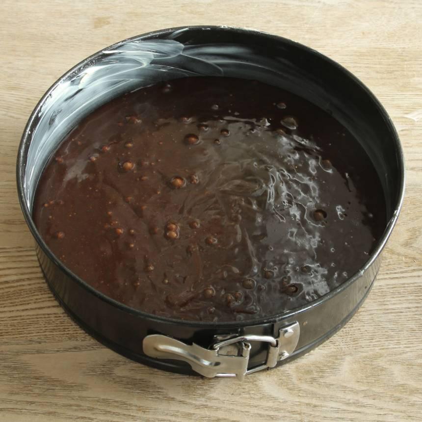 2. Häll smeten i en smord och bröad springform, ca 23 cm i diameter.
