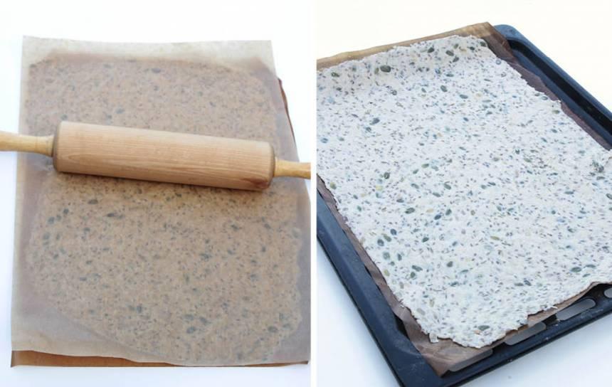 3. Kavla ut degen mellan två bakplåtspapper, ca 30 x 40 cm. Dra bort det övre papperet och strö över flingsalt. Lägg pappret med degen på en ugnsplåt. Jämna eventuellt till kanterna på degen.