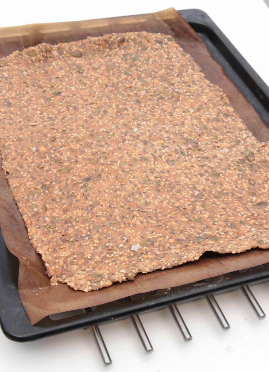 4. Grädda brödet mitt i ugnen i ca 60 min. Låt det stå kvar i eftervärmen om det inte stelnat i mitten. Låt brödet svalna på plåten och bryt det i bitar när det kallnat.