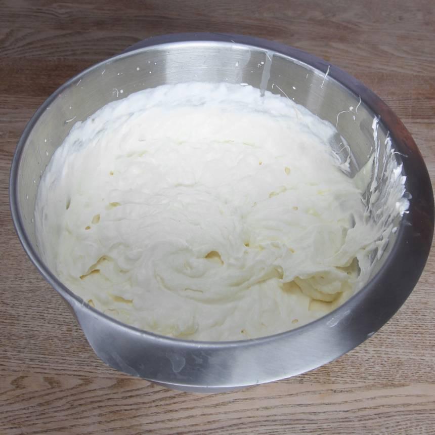 1. Vispa grädden fluffig, men inte för fast för då blir moussen grynig. Tillsätt den vita, smälta chokladen samt äggulan.