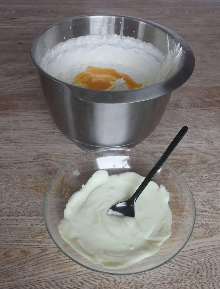 2. Blanda försiktigt ihop grädden, chokladen och äggulan till en slät mousse.