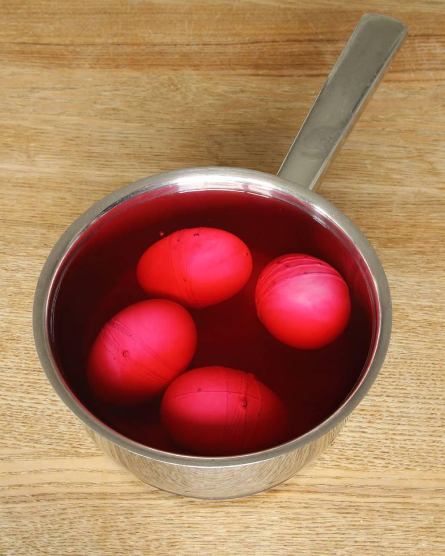 2. Hushållsfärg: Fyll en kastrull med vatten och några droppar hushållsfärg. Koka äggen i 5–8 min beroende på om du vill ha den lös- eller hårdkokta. Äggfärg: Koka först äggen lös- eller hårdkokta. Blanda äggfärgen efter instruktionerna på förpackningen. Doppa ner äggen i färgen. Ta upp dem och låt äggen torka på ett papper.