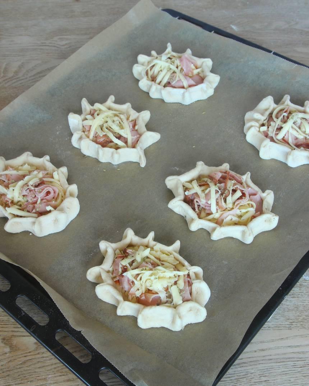 6. Lägg pirogerna på en plåt med bakplåtspapper och låt dem jäsa utan bakduk i ca 20 min. Sätt ugnen på 250 grader.
