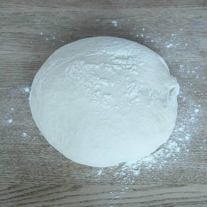 1. Smula ner jästen i en bunke. Tillsätt mjölk och vatten och blanda tills jästen lösts upp. Tillsätt salt, rapsolja och vetemjöl, lite i taget. Blanda ihop allt till en smidig deg och knåda den i några minuter. Låt den jäsa under bakduk i ca 40 min.