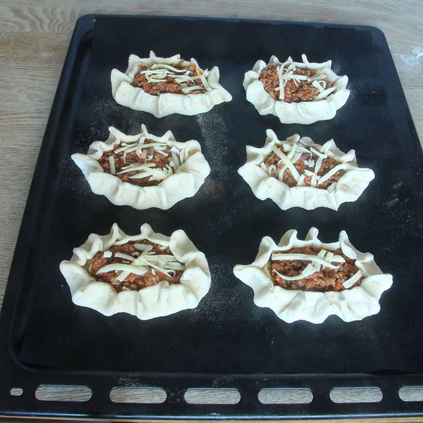 5. Lägg pirogerna på en plåt med bakplåtspapper och låt dem jäsa utan bakduk i ca 20 min. Sätt ugnen på 250 grader.
