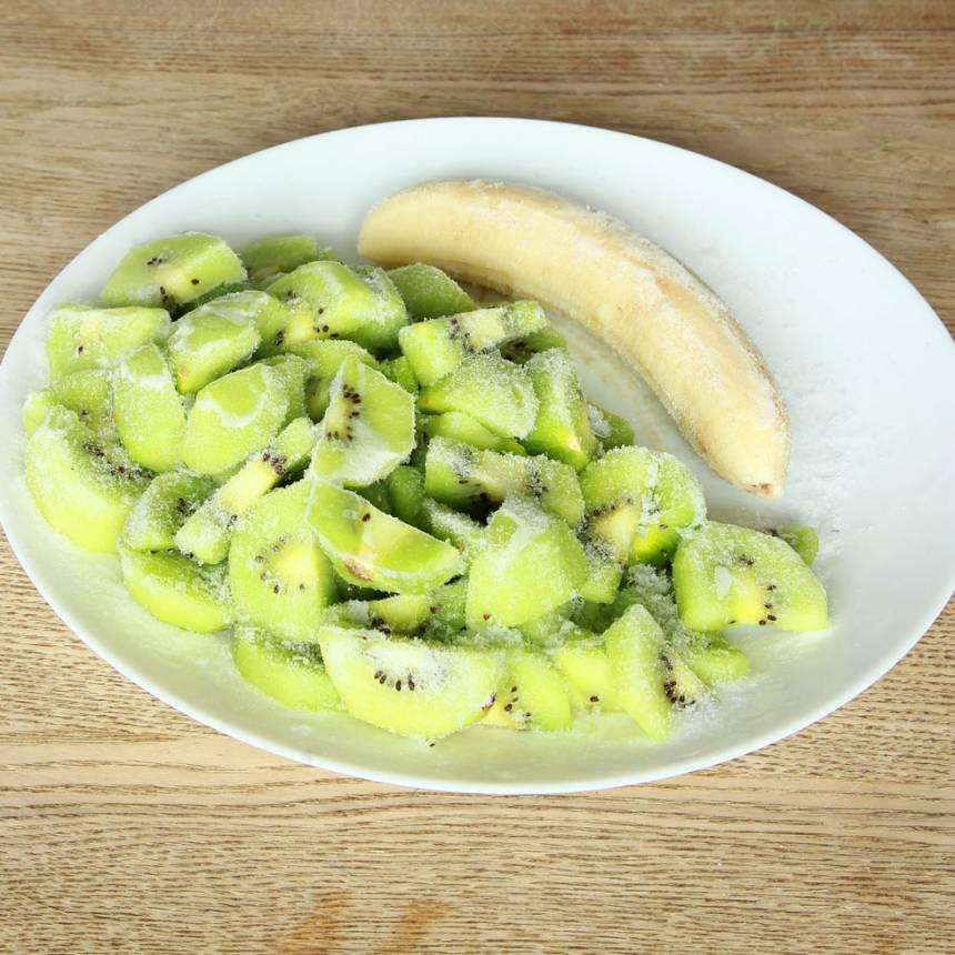 1. Skala kiwifrukterna och skär dem i bitar. Skär även bananen i bitar och frys in dem i ett par timmar.