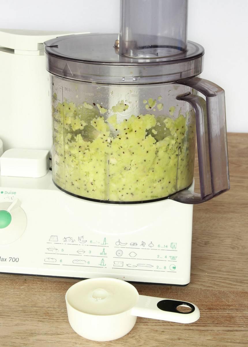 2. Lägg de frysta kiwi- och bananbitarna i en hushållsmaskin eller mixer med knivar. Mixa sönder frukterna.
