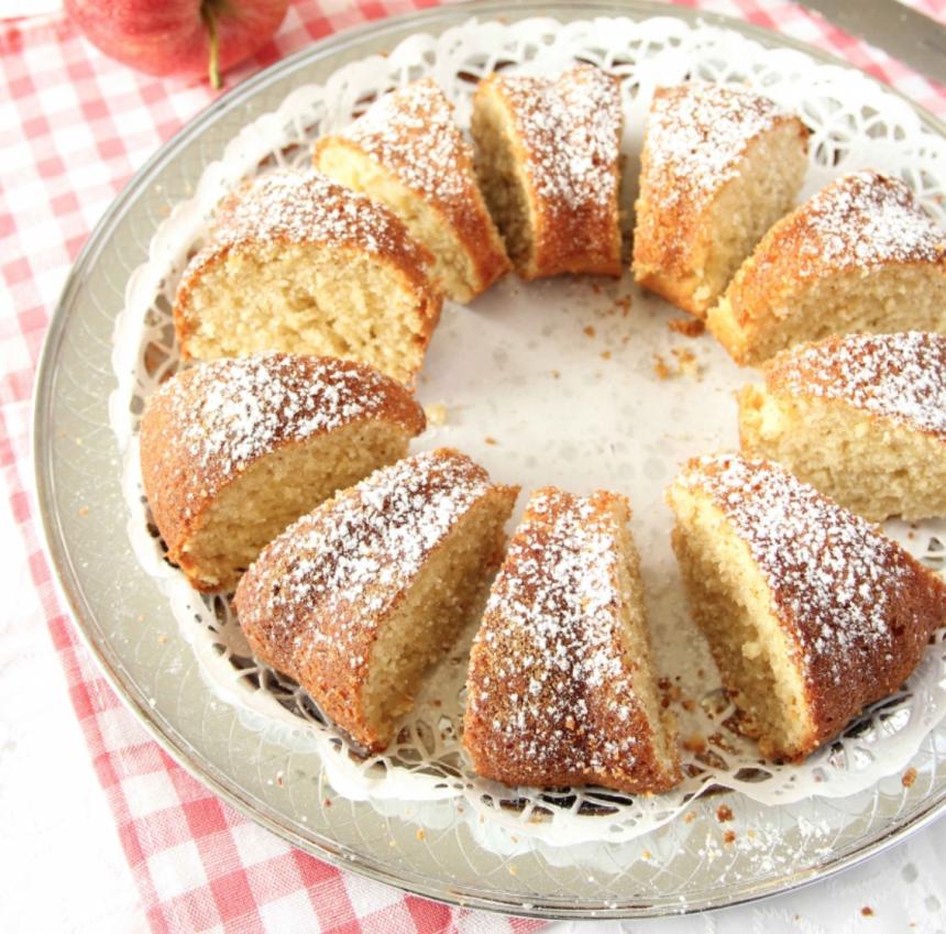 Baka en saftig god sockerkaka med rivet äpple & kanel – klicka här för recept!