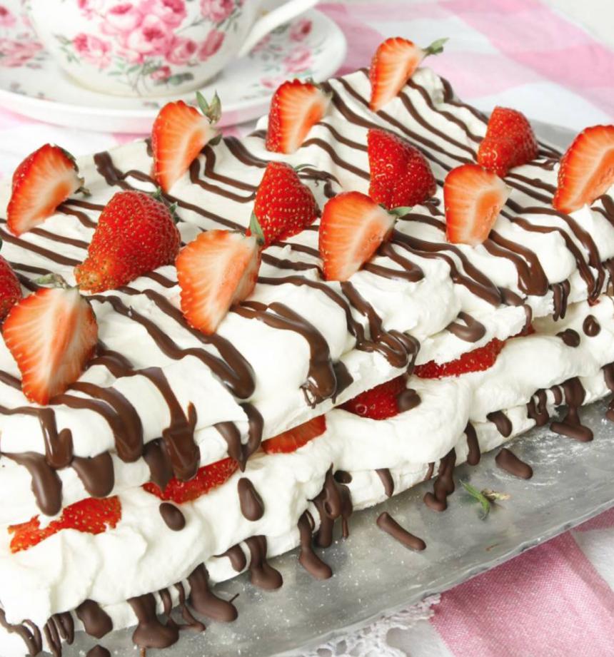 Marängtårta i långpanna med choklad & jordgubbar! Klicka här för recept!
