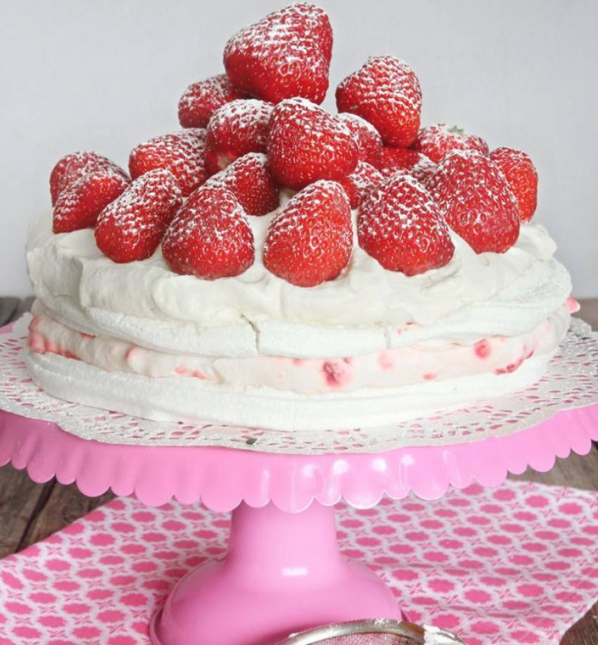 Drömgod 10-minuter-tårta med marängbottnar, fluffig hallon- eller jordgubbsgrädde & jordgubbar!