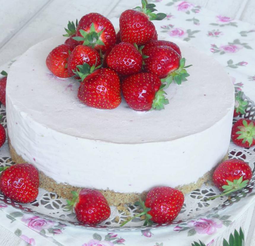 Fryst jordgubbscheesecake med smulig Digestivebotten –klicka här för recept!