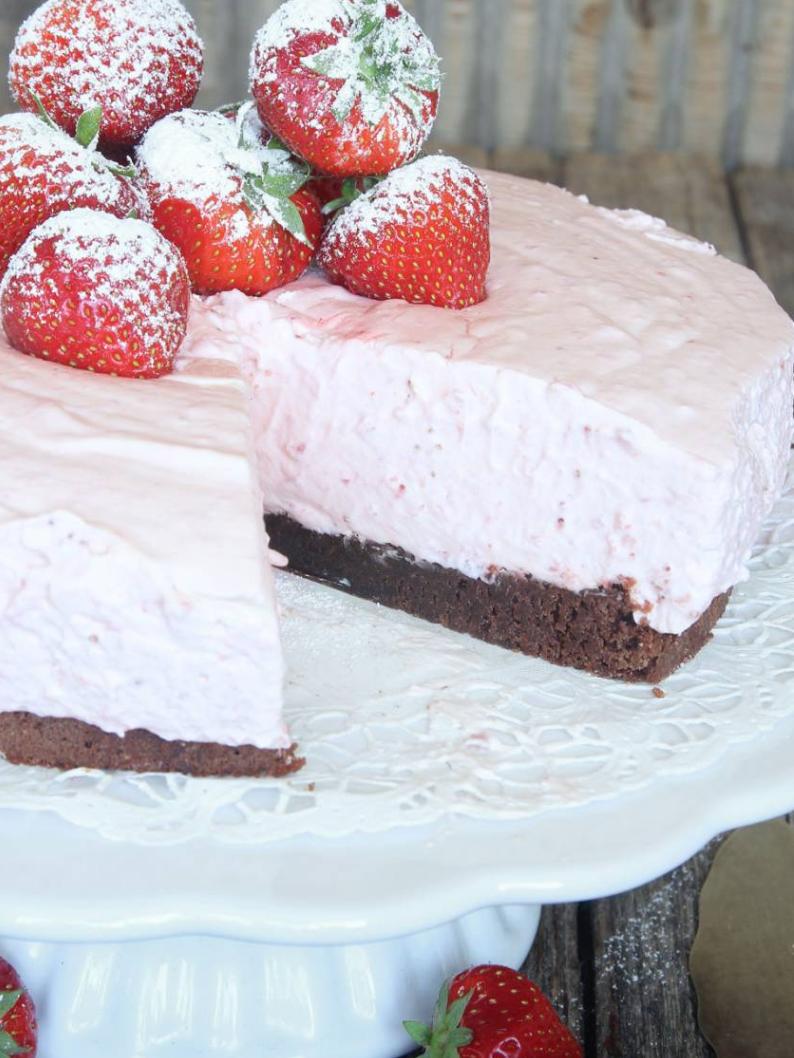 Jordgubbsmoussetårta på browniebotten!