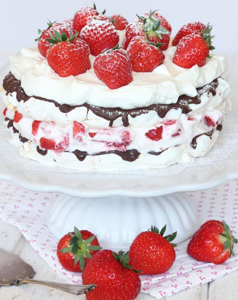 Marängtårta med fluffig jordgubbsgrädde & choklad!