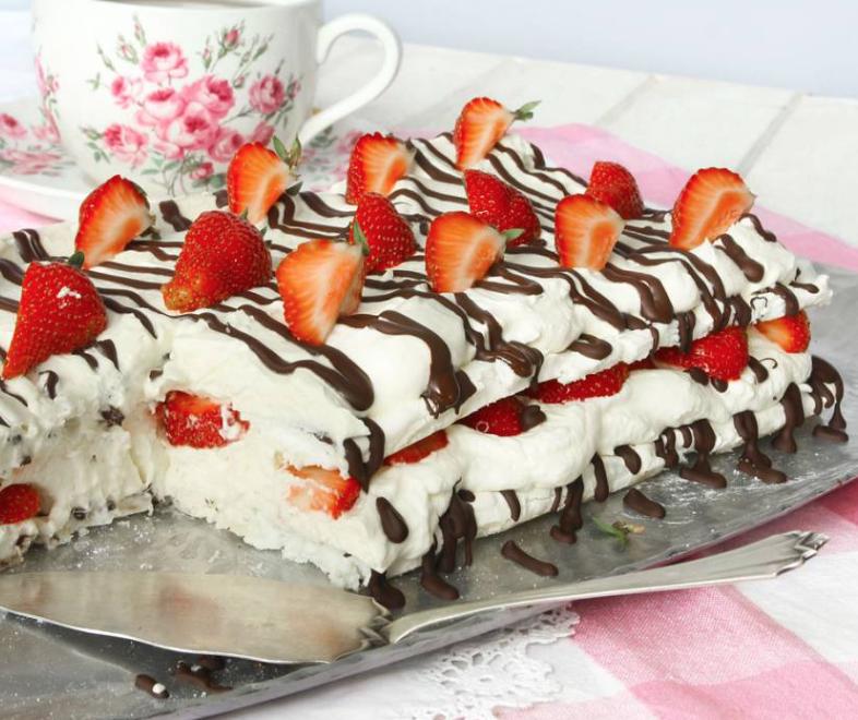 Marängtårta med jordgubbar, vit chokladmousse & choklad –som räcker till många!