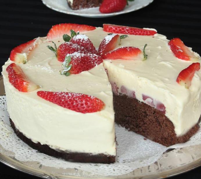 Vit chokladmoussetårta med jordgubbar & chokladbotten!