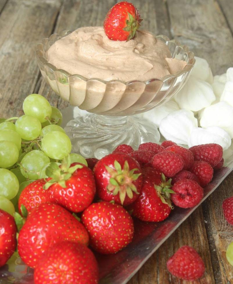 5-minuters dessert! Dippa frukt, bär & maränger i fluffig chokladgrädde!