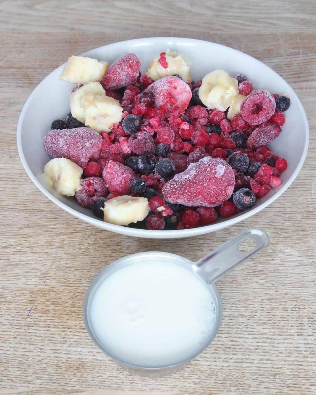 1. Skär bananen i bitar och lägg dem tillsammans med de andra bären i en mixer.