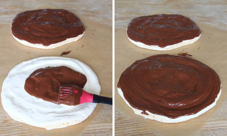 3. Pensla bottnarna med smält choklad och låt den stelna.