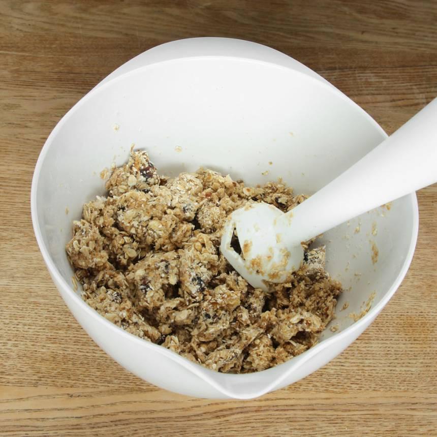 2. Mixa sönder dadlarna ihop med havregrynen till en kladdig massa. Använd en mixerstav eller hushållsmaskin med knivar.