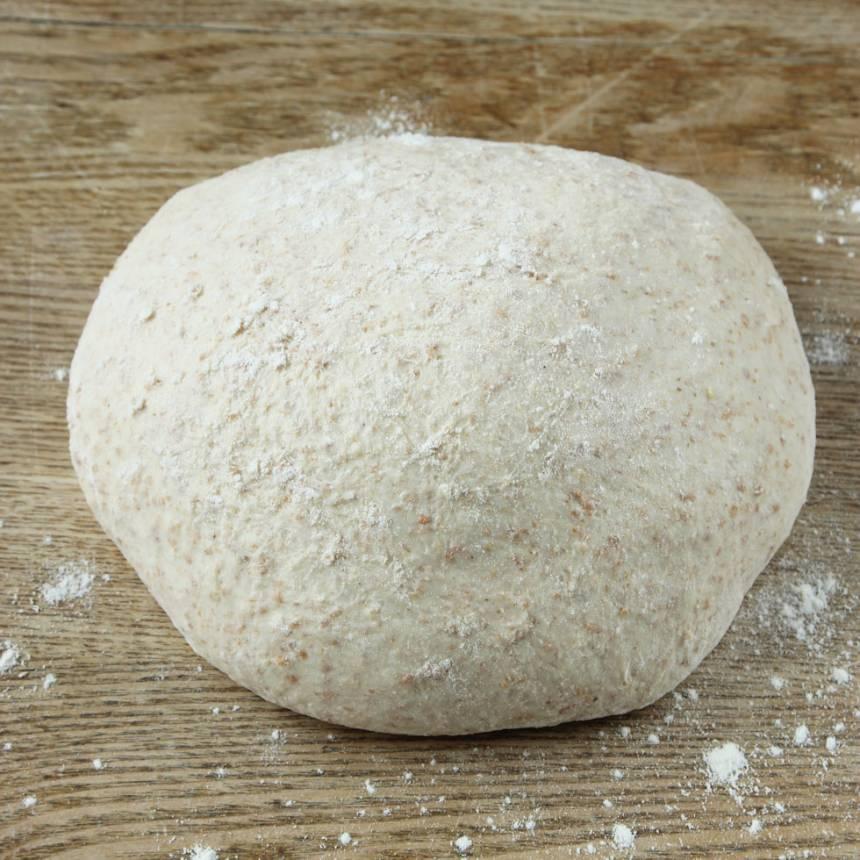1. Smula ner jästen i en bunke. Tillsätt mjölken och blanda tills jästen lösts upp. Häll i grahamsmjöl och blanda. Låt blandningen stå i ca 5 min. Tillsätt salt, rapsolja och vetemjöl, lite i taget. Blanda ihop allt till en smidig deg och knåda den i några minuter så glutentrådarna blir starka. Låt degen jäsa under bakduk i ca 50 min.