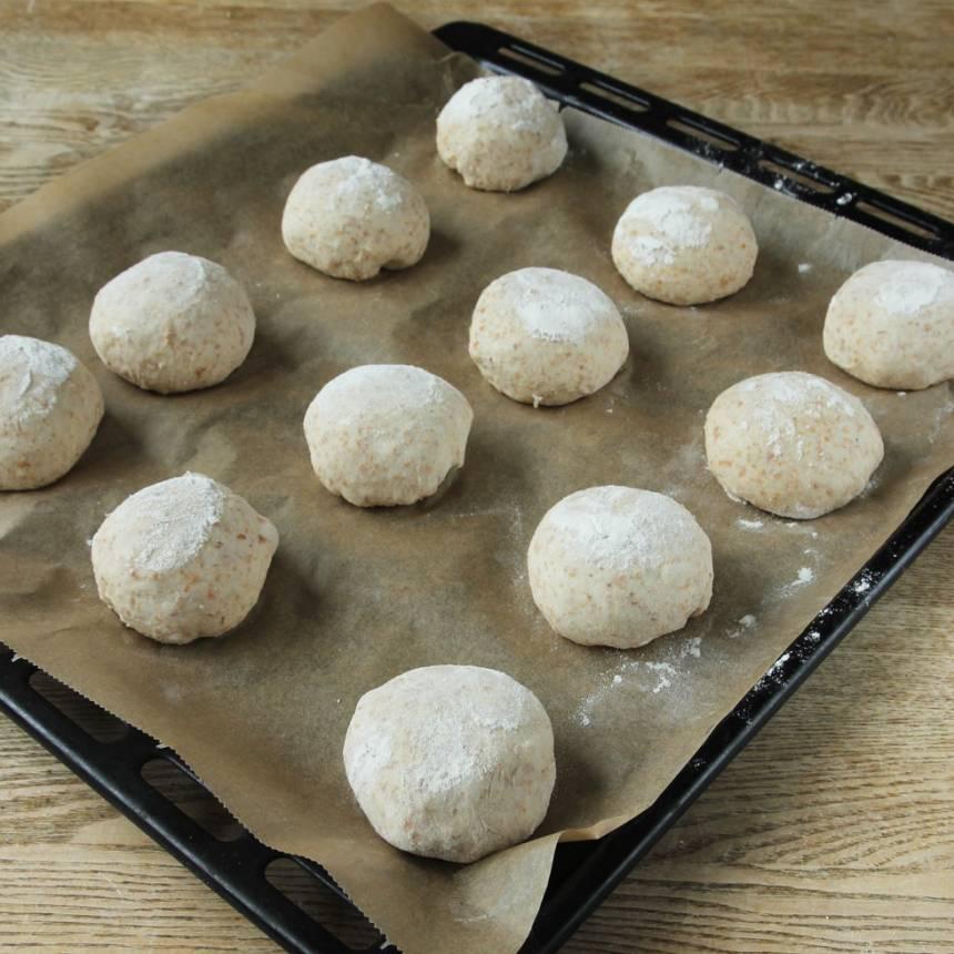 3. Lägg bröden på en plåt med bakplåtspapper och låt dem jäsa under bakduk i ca 30 min. Sätt ugnen på 250 grader.