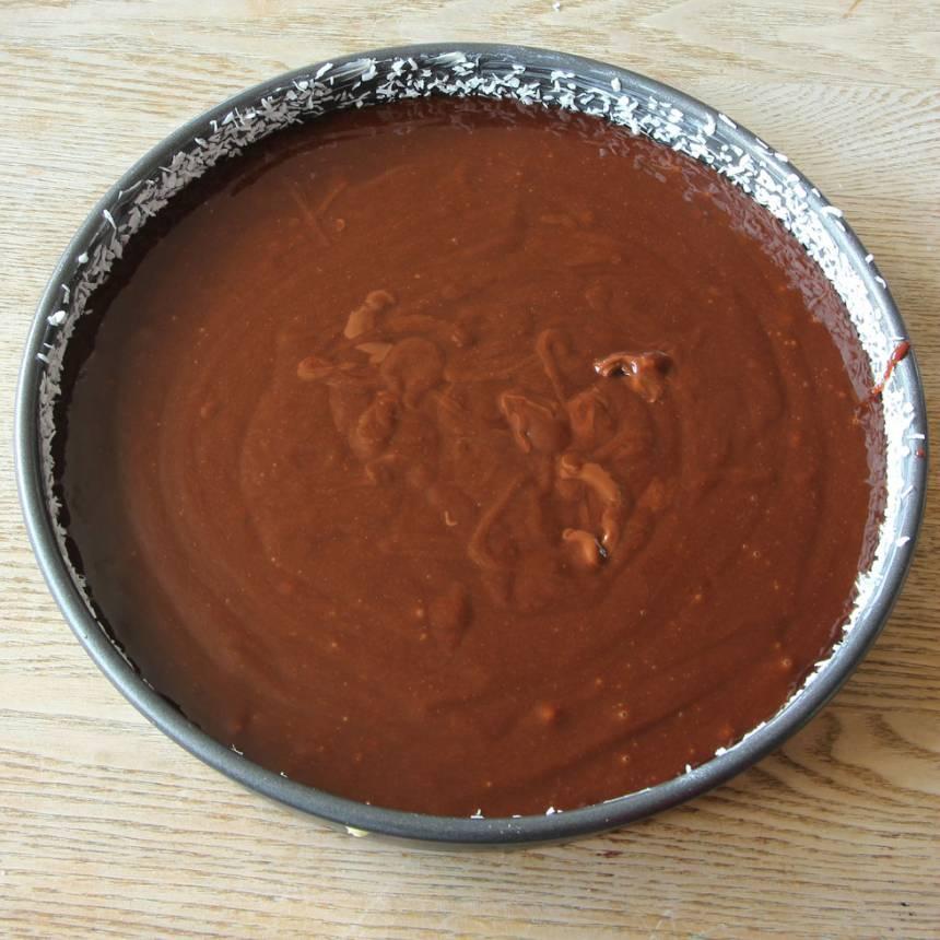 4. Häll smeten i en smord och bröad form (bröa med kokos eller ströbröd).