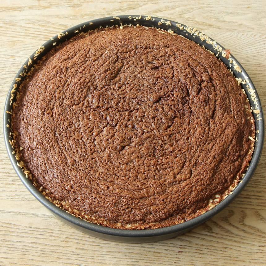 5. Grädda kakan mitt i ugnen i 32–35 min. Låt den kallna helt i formen.