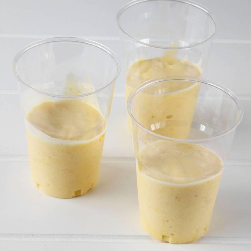 3. Fördela glassen i 5–7 plastglas beroende på storlek.