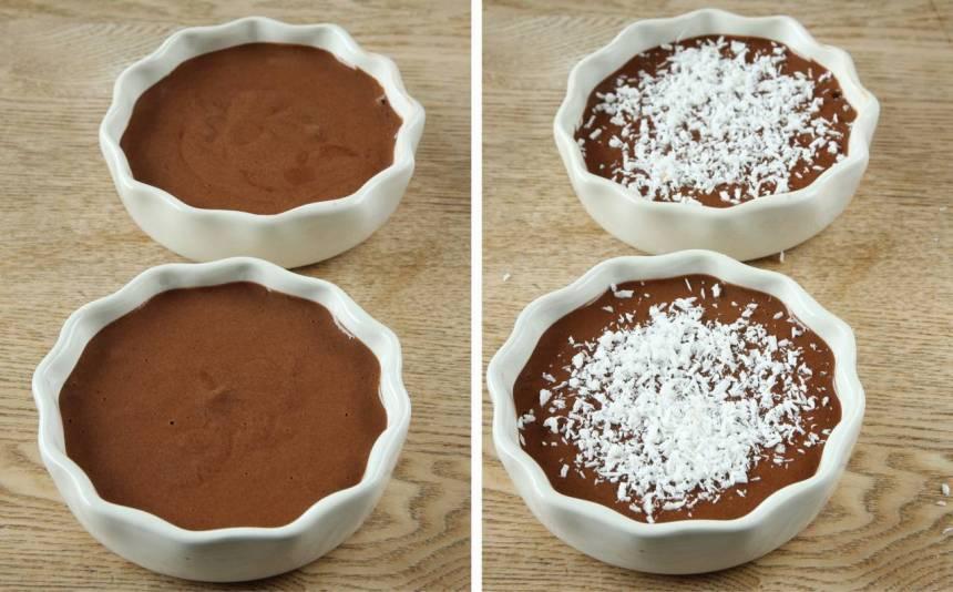 3. Häll smeten i två mindre skålar, ca 12 cm i diameter (eller i en större). Strö över kokos.