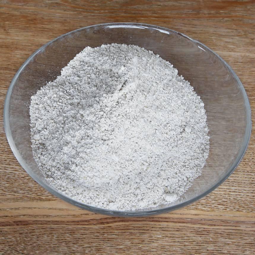 1. Sätt ugnen på 250 grader. Mixa 7 dl havregryn till ett mjöl i en matberedare eller mixer med knivar.