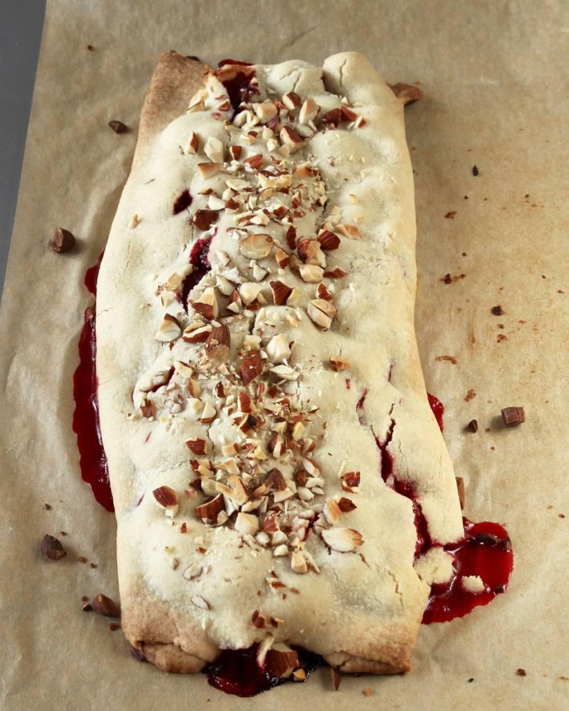 8. Gräddan pajen mitt i ugnen i 25–30 min. Låt den svalna på plåten. Servera den gärna med vaniljsås, vispgrädde eller vaniljglass.