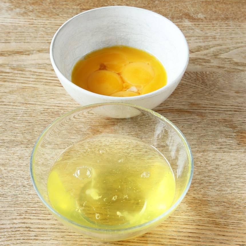 1. Sätt ugnen på 150 grader. Dela på äggen och separera vitorna och gulorna i olika skålar.