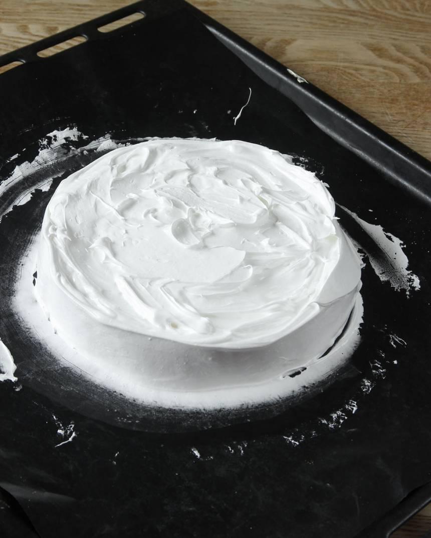 5. Bred ut marängsmeten på en plåt med bakplåtspapper. Forma marängen till en rund tårtbotten, ca 10 cm hög.