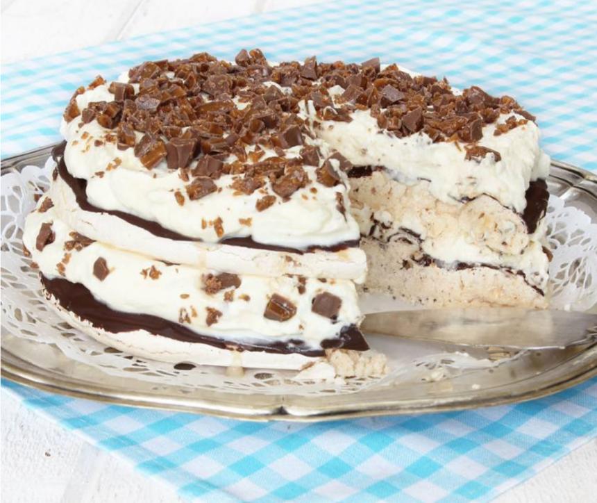 Urläcker marängtårta med Daim, vispgrädde & choklad. Klicka här för recept!