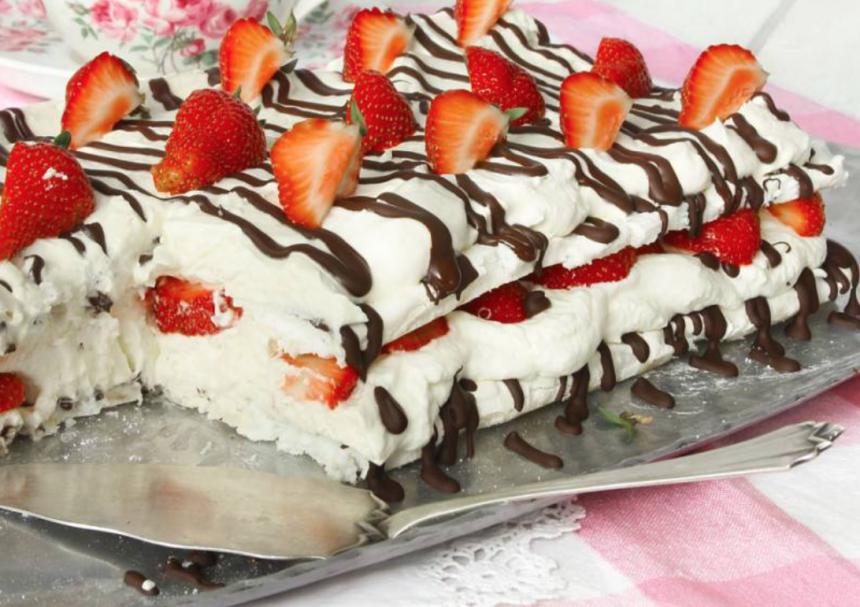 Underbar marängtårta med vit chokladmousse – klicka här för recept!