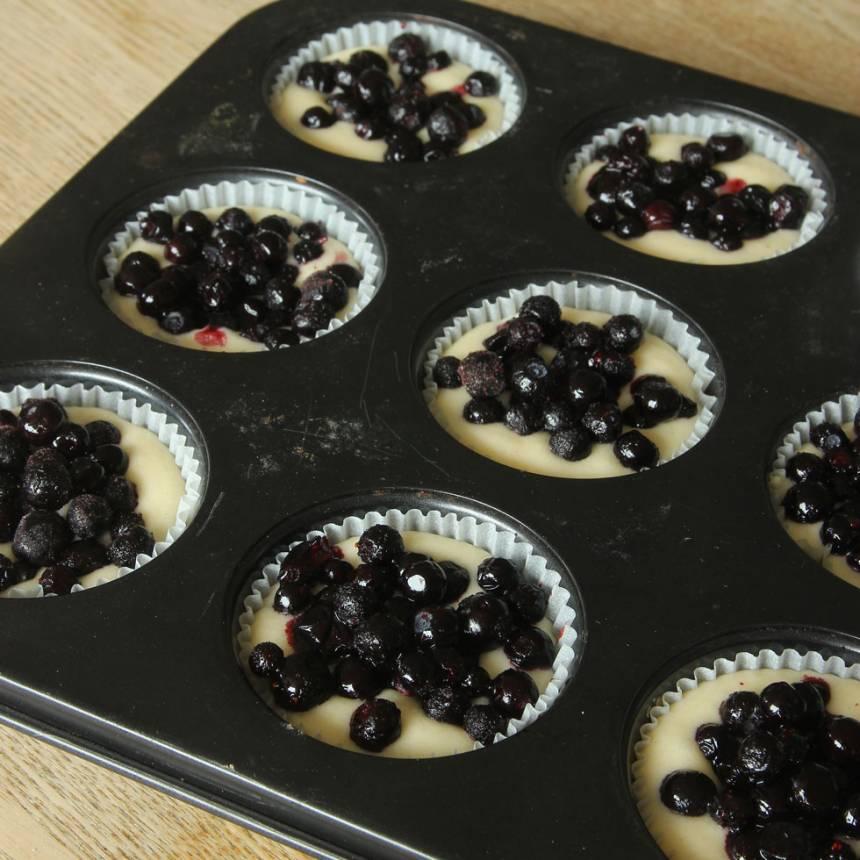 3. Lägg 2–3 tsk blåbär på varje muffins.