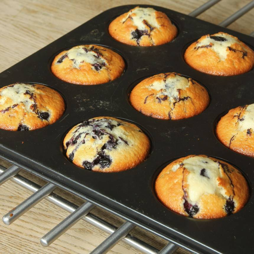 4. Grädda muffinsen mitt i ugnen i ca 20 min. Låt dem svalna.
