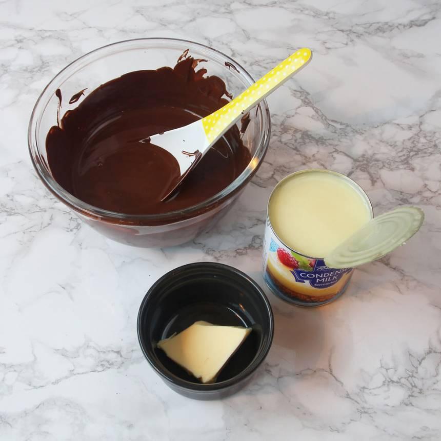 2. Smält chokladen ihop med smöret i en skål över vattenbad. Öppna burken på den kondenserade mjölken.