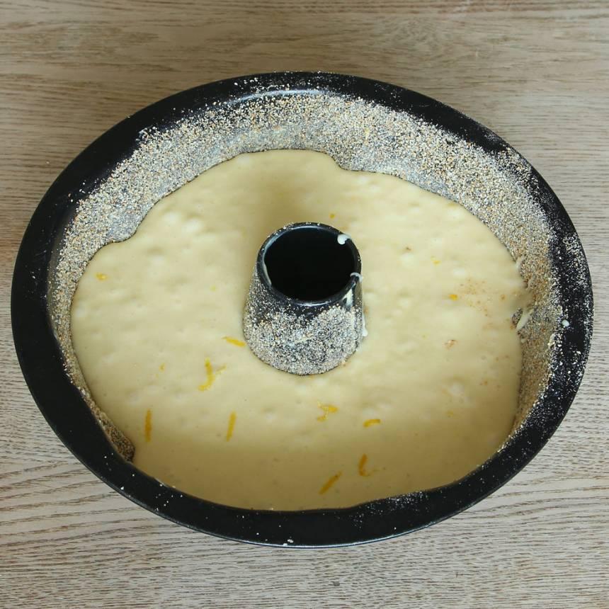 3. Häll smeten i en smord och bröad sockerkaksform, ca 1 ½ liter.