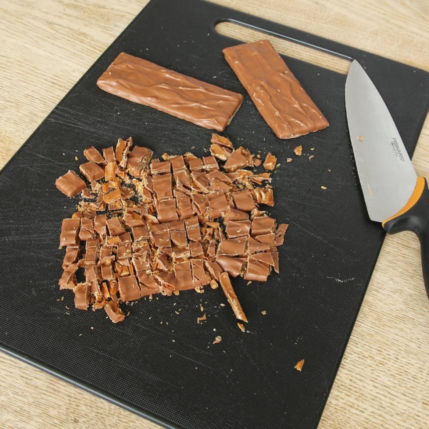 3. Skär Daimen i mindre bitar. Blanda ner dem i glassmeten (spar lite till garnering).