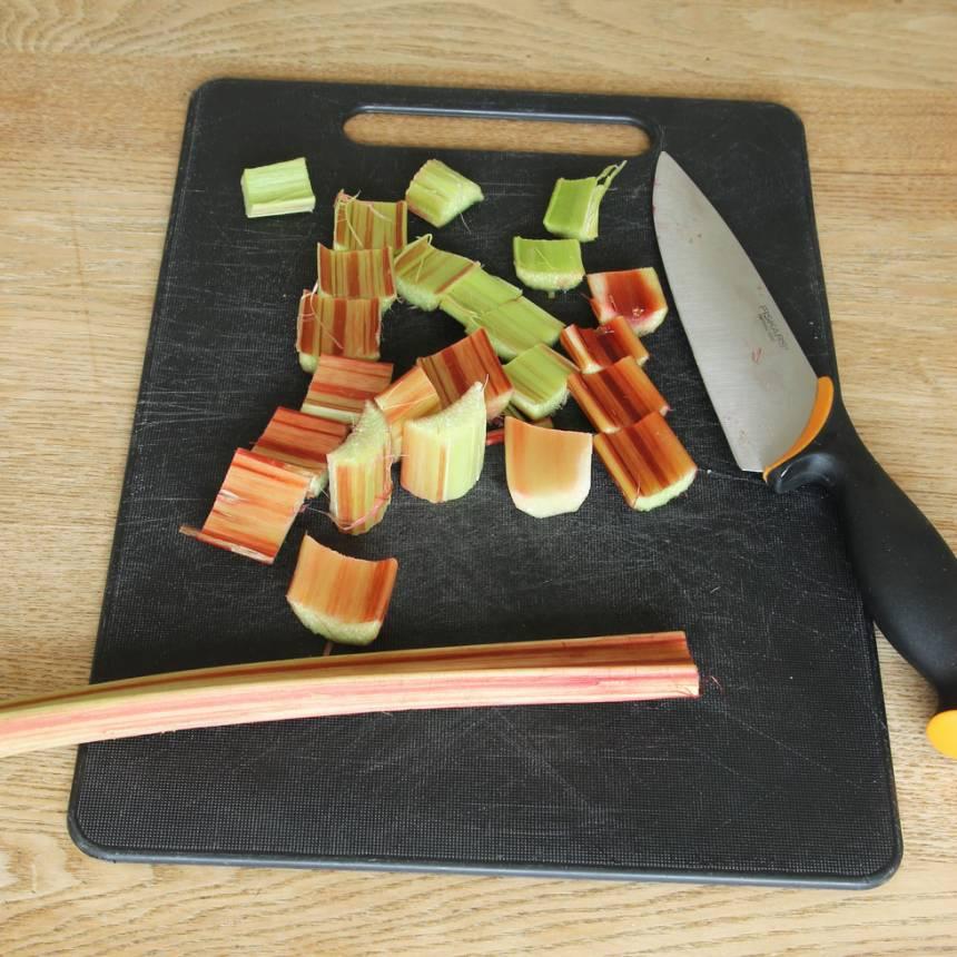 1. Sätt ugnen på 180 grader. Skala och skär rabarbern i bitar, 2–3 cm.