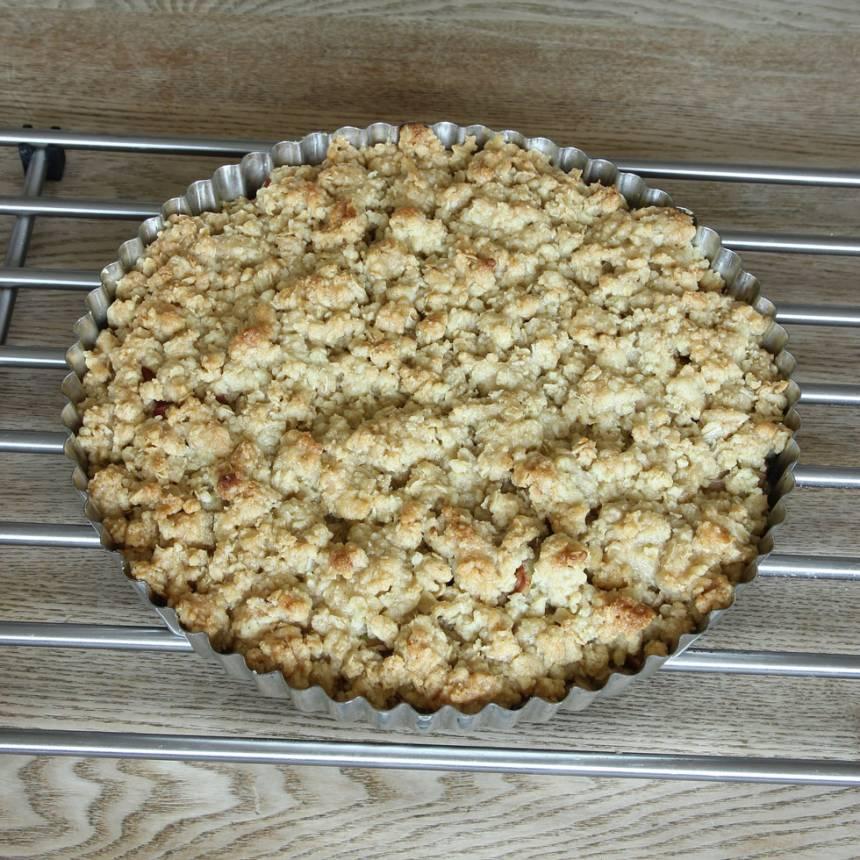 5. Grädda pajen mitt i ugnen i ca 30 min. Servera med vaniljsås eller vaniljglass.